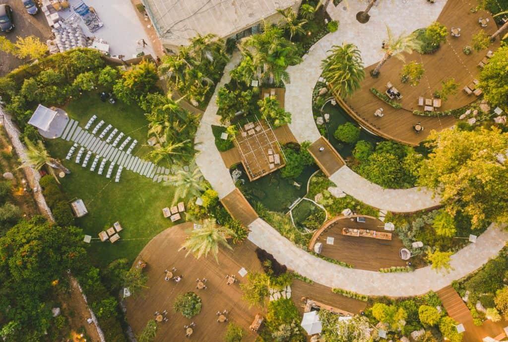 תמונה מהאוויר של גן אירועים