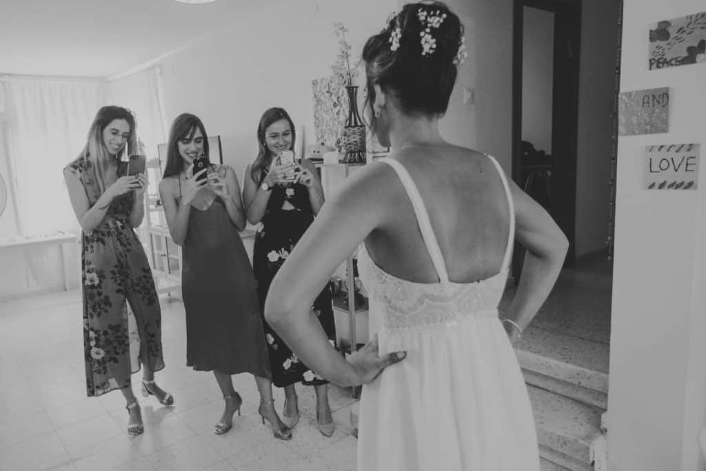 המלוות מצלמות את הכלה רגע לפני המפגש עם החתן