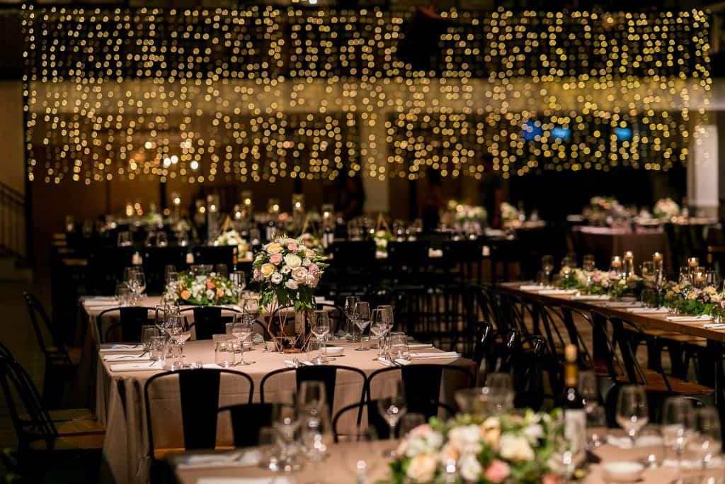 עיצוב לחתונה דאגו לעיצוב אולם עם מלא אורות צהובים