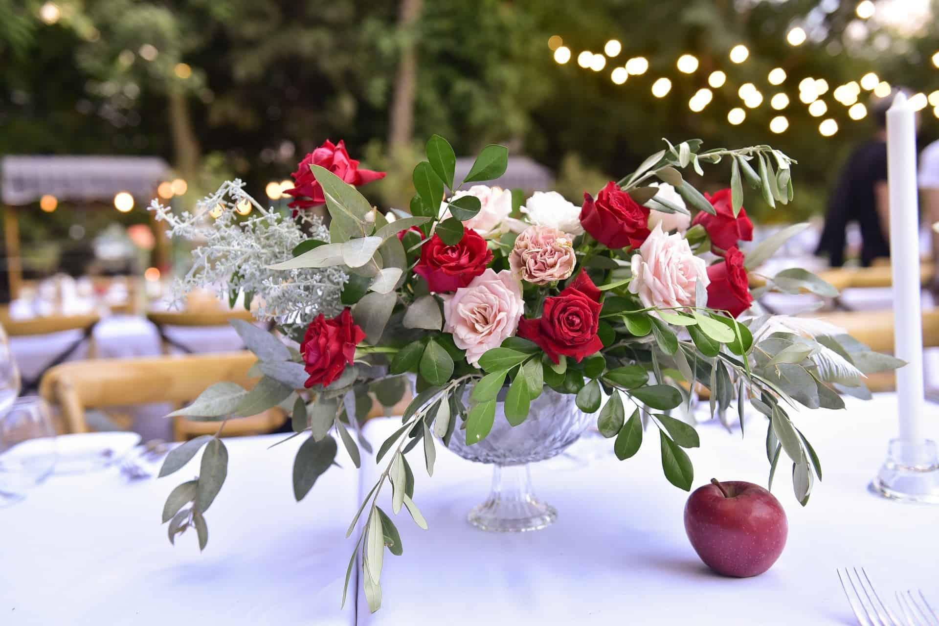 פרחים על שולחן