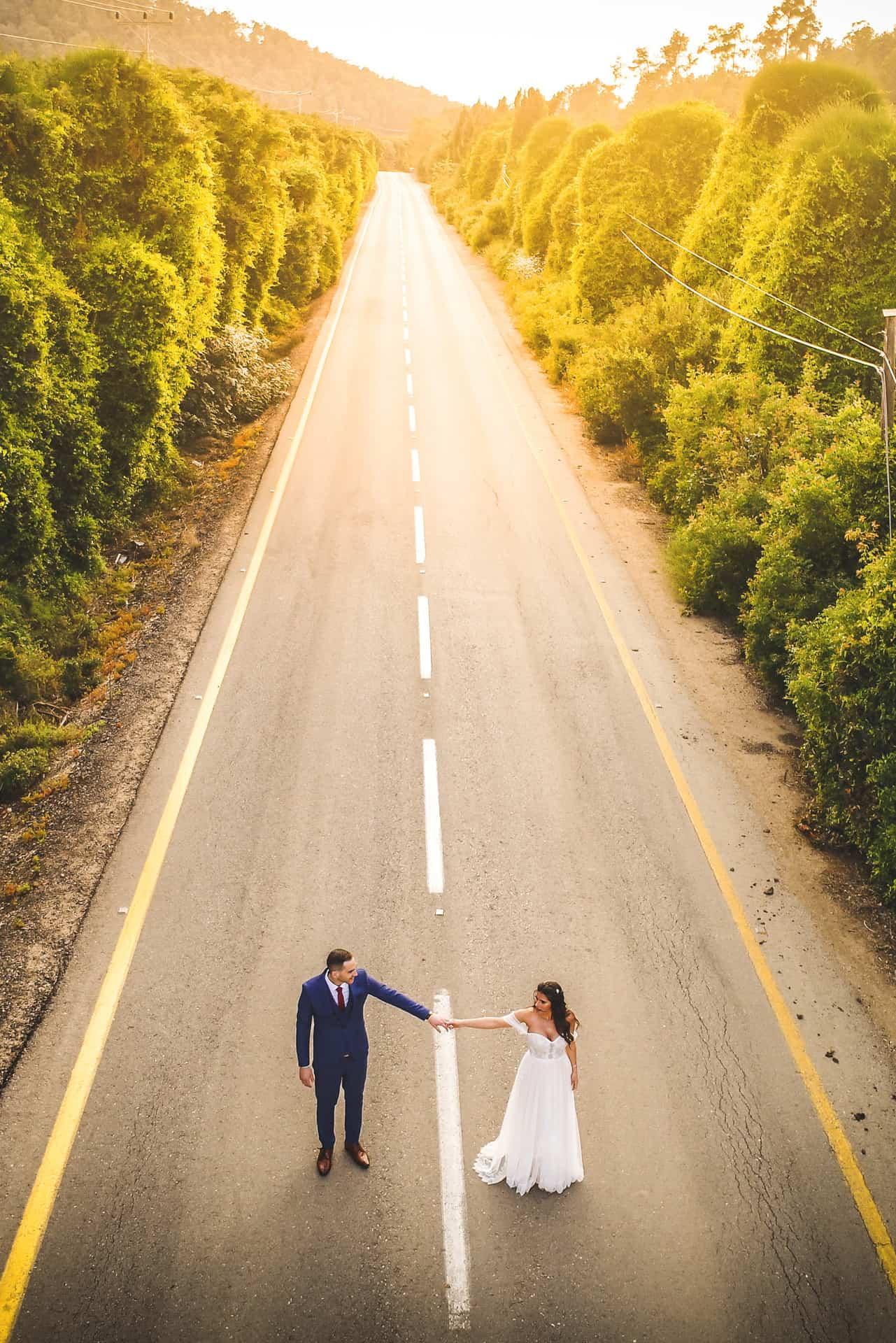 צילום סטילס - צילום מאוויר של כלה וחתן בכביש