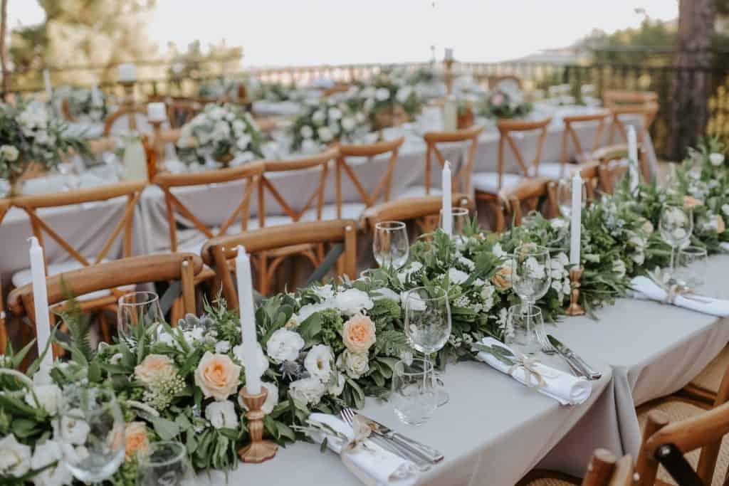 עיצוב לחתונה  קייצי עם פרחים ונרות