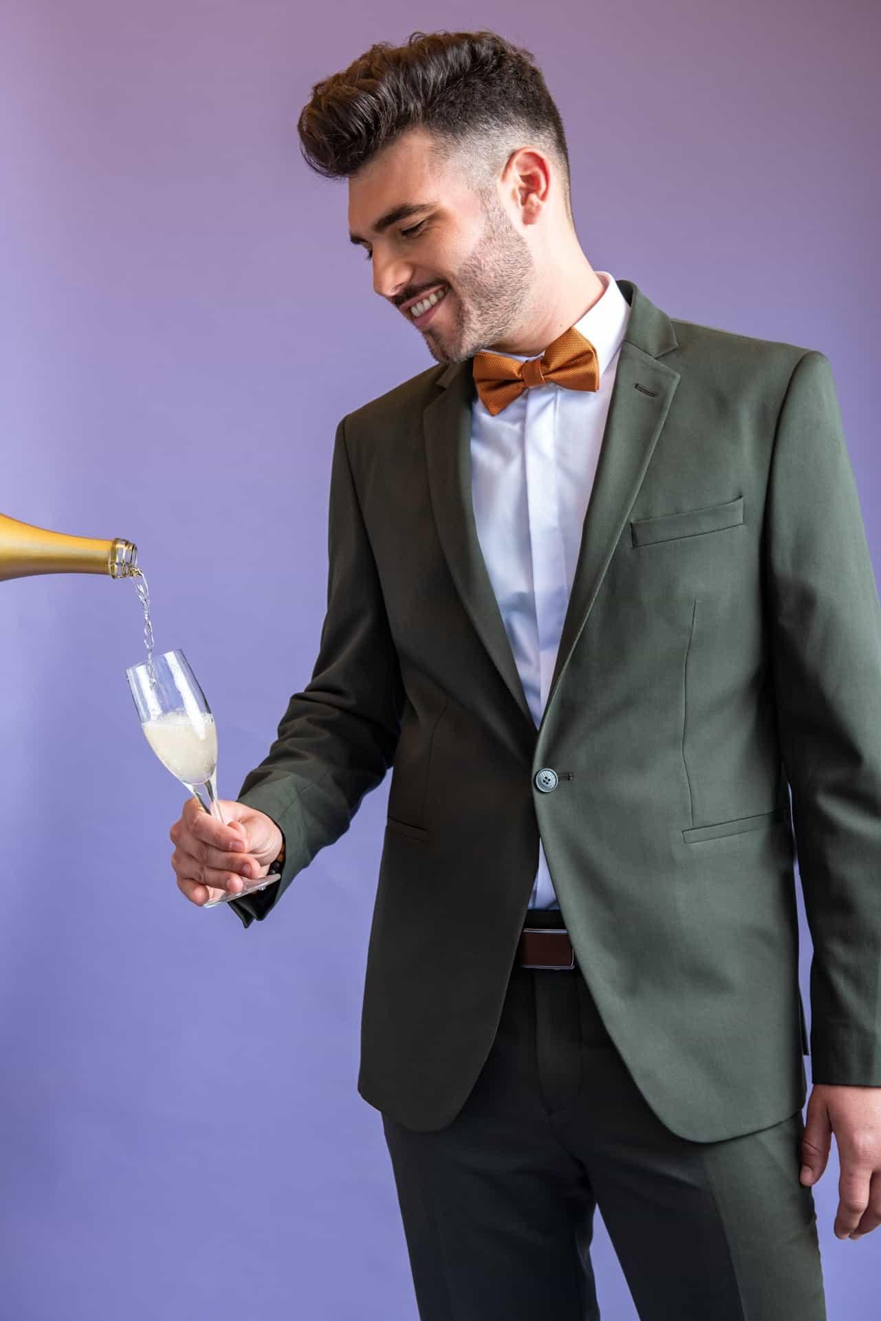חליפת חתן עם שמפניה