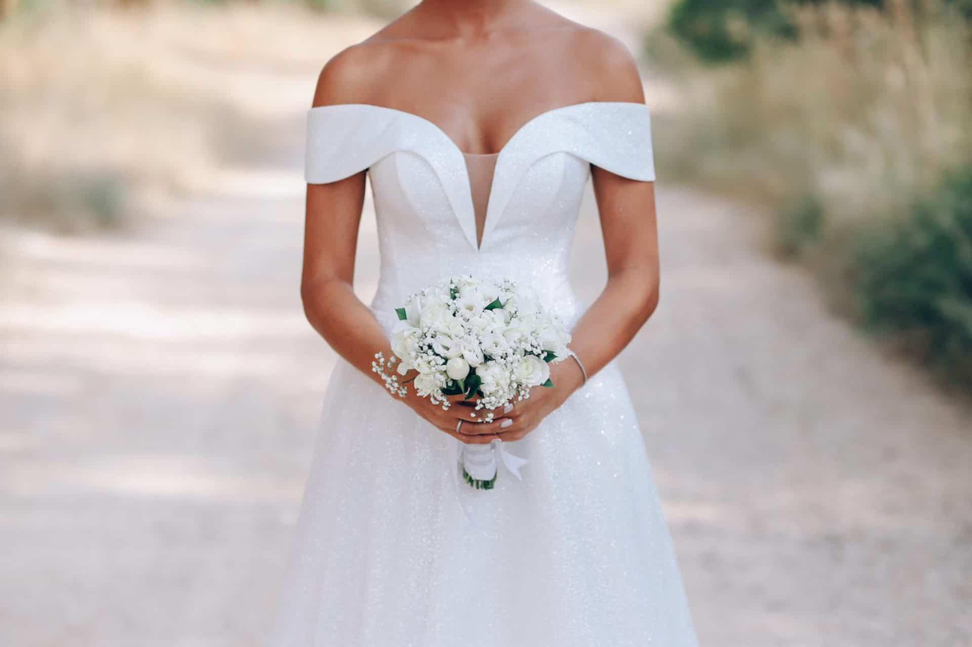 שמלת כלה מעוצבת עם זר פרחים