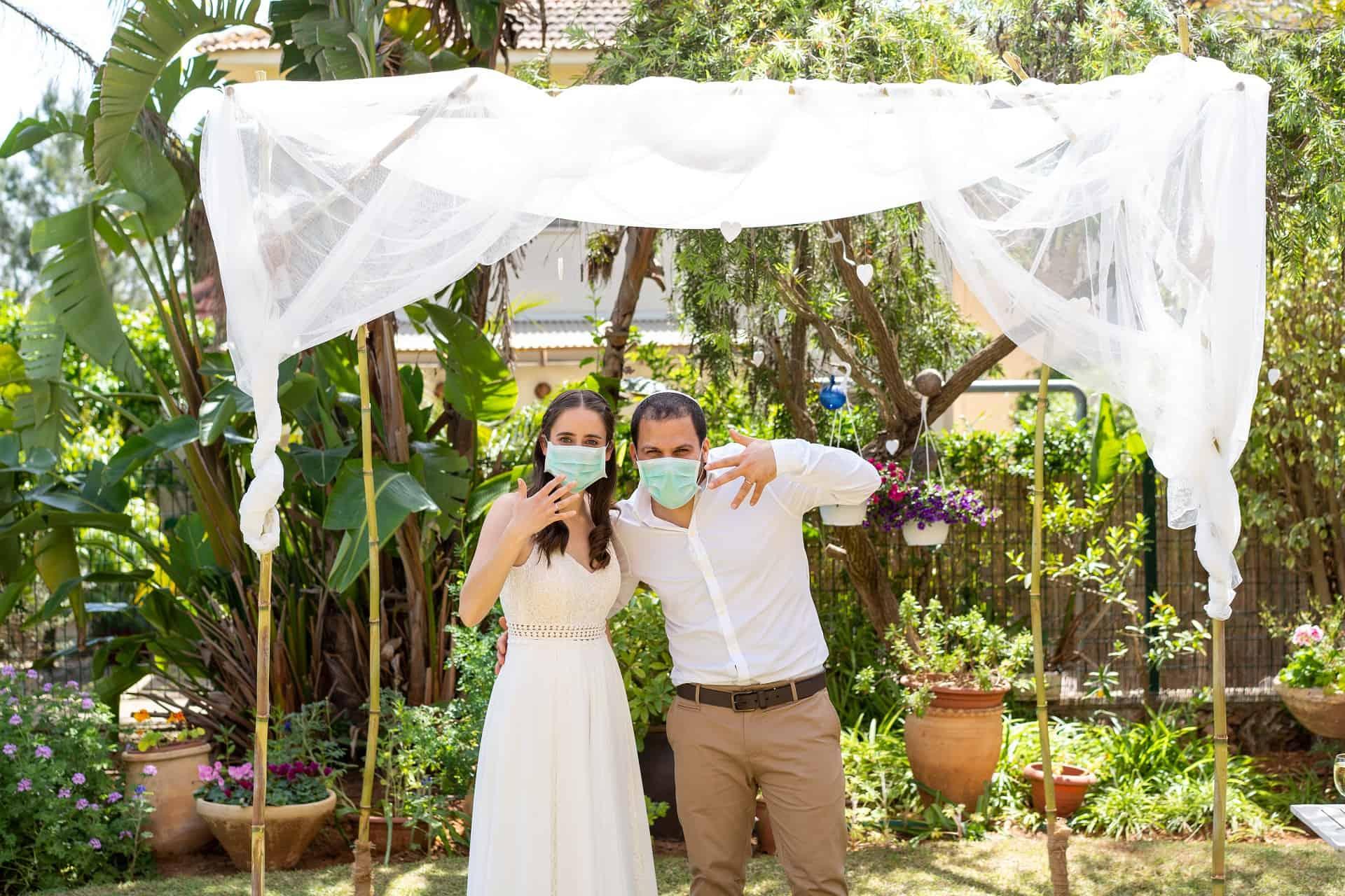 חתן וכלה בתקופת הקורונה בחתונה
