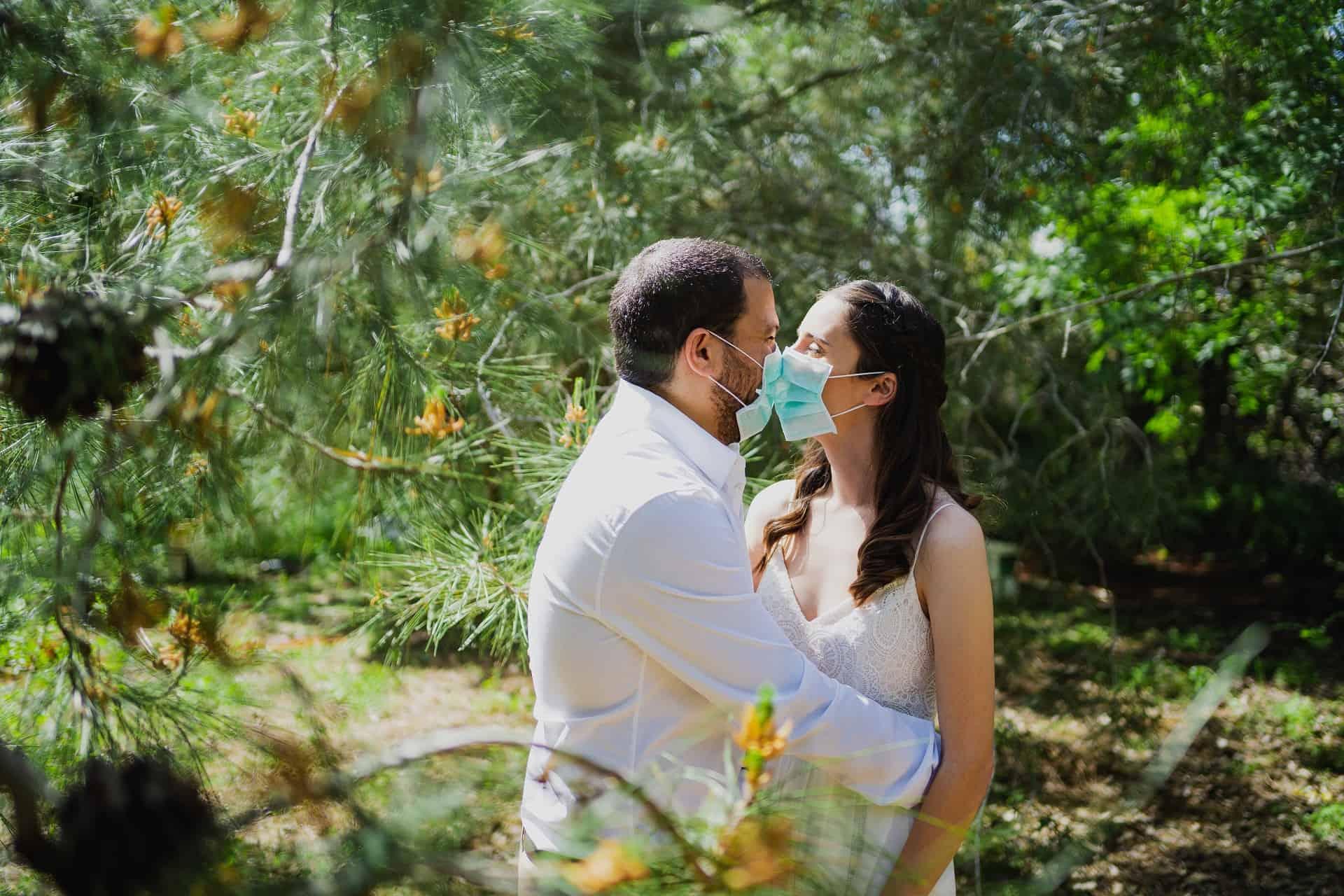 נשיקה חתן וכלה בקורונה