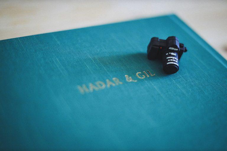 אלבום עם מצלמה קטנה שעוצב על ידי עדיקה