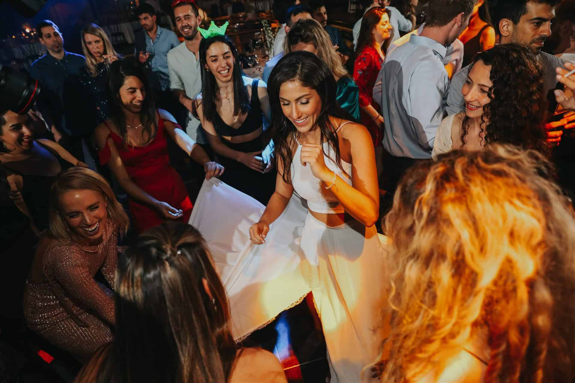 הכלה שמחה בריקודים